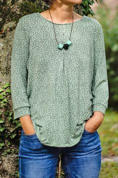 Das Blusenshirt Kim_B ist genauso easy zu tragen, wie es genäht wird. Es läßt sich sehr gut kombinieren und kann aus Jersey oder Webware genäht werden. Außerdem enthält das Schnittmuster mehrere Nähvarianten und ist ideal für Anfänger.