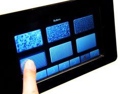外観上は通常のディスプレイと変わらないが、ボタンや機能の違いがわかるよう、タッチスクリーン上でそれぞれ異なる感触を感じ取れるようになっている。