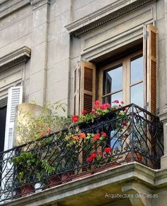 Balcon en antiguo edificio.-