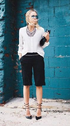 Dressy shorts black with white blouse street style summer fashion another outfit Dressy Shorts, Work Shorts, Black Shorts, Tailored Shorts, Casual Chic, Elegante Shorts, Short Outfits, Summer Outfits, White Outfits