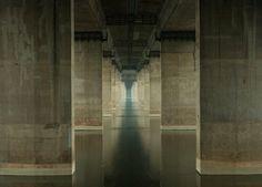 韓国ソウルの中央を流れる全長約500kmもの河川「漢江(ハンガン)」は、遊覧船や橋のライトアップなどで知られる観光スポットだ。だが、ある英国の写真家が注目したのは、賑わう「橋の下」からの不思議な光景だった。