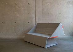 Le designer californien Yumi Yoshida, réalise ce canapé à double fonction, inspiré par l'art du pliage japonais « l'origami ».   Le concept utilise deux couleurs, le gris et l'orange, pour mettre en évidence la double fonction de l'Origami Sofa. Il peut passer du stade de tapis d'une grande surface au stade de canapé pour deux personnes en quelques pliages.