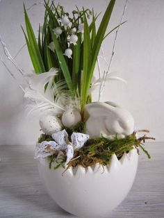 ✩ Check out this list of creative present ideas for beard lovers Easter Flower Arrangements, Easter Flowers, Deco Floral, Arte Floral, Diy Spring Wreath, Diy Easter Decorations, Diy Ostern, Spring Projects, Easter Holidays