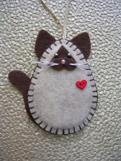 45 Button and Felt Holiday DIY Christmas Ornaments. Felt ornaments are simple DIY felting projects and inexpensive to make. You will buy all supplies in felt craft and sewing stores. 45 Button and Felt DIY Christmas Ornaments Felt Christmas Decorations, Felt Christmas Ornaments, Christmas Diy, Xmas, Sewing Crafts, Sewing Projects, Diy Projects, Sewing Tips, Diy 2019
