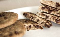 Cookies Fit al Microondas INGREDIENTES: 80g de harina de avena sabor Cookies and Cream que podeis comprar Aqui (o en su defecto, copos de avena molidos) 2g de Stevia o edulcorante granulado 1 huevo entero (talla L-XL) Esencia o saborizante de vainilla 2 onzas de chocolate negro sin azúcares añadidos
