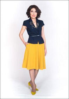 Темно-синий жакет – Oggi, 6490 тг  Горчичная юбка – Promod, 5990 тг  Синее колье – собственность стилистов