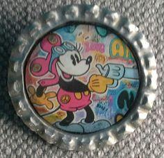 """Broche """"capsuline"""", création . Support capsule de bière argentée.  Image : Mickey Mouse La broche est recouverte de résine. Diamètre 34mm"""