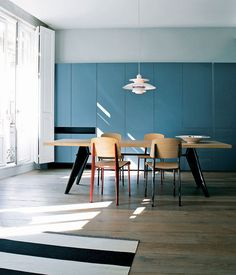 【ELLE DECOR】プルーヴェと北欧の灯りが語り合う、居心地のいいダイニング|エル・オンライン 写真/豊かな天井高とフルハイトの開口部ならではの心地よさがあるダイニング。ジャン・プルーヴェが「Vitra」から発表した「EMテーブル」と「スタンダードチェア」をコーディネイト。ペンダントライトは「ルイス・ポールセン」の「PH5」。ポール・ヘニングセンが手がけた、北欧らしい繊細なディテールを備えた名作ライトだ。
