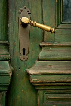 Lovely brass handle on lovely green door Door Knobs And Knockers, Knobs And Handles, Brass Handles, Lever Door Handles, The Doors, Windows And Doors, Wood Doors, Entry Doors, Sliding Doors