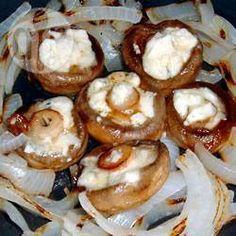 Cogumelos recheados com queijo gorgonzola com cebolas grelhadas