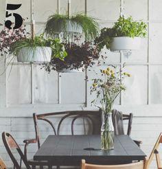 Plant kruiden in hangende bloempotten boven de eettafel. Ze vullen de eetkamer met heerlijke geuren, en je hebt ze vlak bij de hand als je staat te koken.