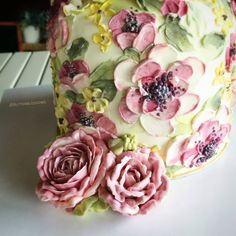 Hmmm... Show all around my cake Paint on cake and combination of piping flowers. #butterblossoms #buttercreamflower #paintwithknife #paintflowers #paintoncake #flowelovers #flowercake #edibleflowers #art #edibleart #vintagestyle #romance #roses #buttercreampainting