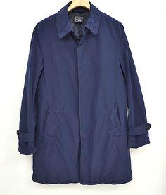 Blue Work ステンカラーコート 38,000円 (税込 41,040 円) 表地:ポリエステル70% ナイロン30% 裏地:ポリエステル 今シーズン、トレンドのステンカラーコートはカジュアルに着用するのもお勧め。 程よくタイトなシルエットはジャケット感覚でお使いいただけ、パッカリングすることで 豊かな表情に仕上がっています。 光沢感もあり、春ならではの軽快な印象です。
