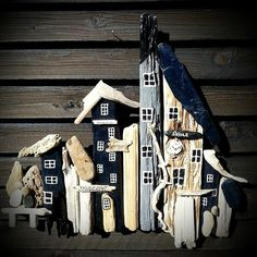 Love the black & white colors. Made by EVA s Driftwood Projects, Small Wood Projects, Painted Driftwood, Driftwood Art, Beach Wood, Beach Art, Found Object Art, Beach Crafts, Picture On Wood