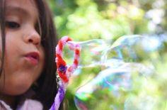 De una cosa podemos estar seguros y es que definitivamente a los niños Â¡les encantan las burbujas!Desde que son pequeños podemos ver su fascinación ante estas bailarinas voladoras que desaparecen si las llegas a tocar, por eso no es raro que este sea uno de los juegos que nos recomiendan los expertos de Baby Center a partir de los 4 mesesya que a parte de ser muy divertidas, ayudan a desarrollar en los pequeños su coordinación mano-ojo mientras intentan atraparlas. Pero las…