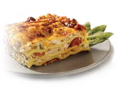 Winter Lasagna with Chicken, Squash & Sage This lasagna recipe is about capturing the wintry tastes of squash and sage instead of tomatoes! Pasta Recipes, Great Recipes, Chicken Recipes, Cooking Recipes, Favorite Recipes, Chicken Squash, Chicken Lasagna, Anna Olson, Supper Ideas