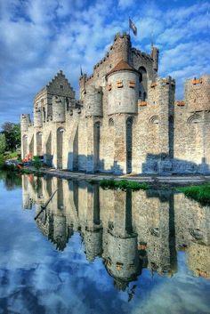 Gravensteen Castle in Ghent, Belgium Beautiful Castles, Beautiful Buildings, Beautiful Places, Real Castles, Chateau Medieval, Medieval Castle, Medieval Life, Castle Ruins, Castle House