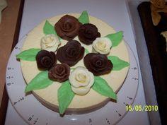 Bavarois 3 chocolats décoré d'un bouquet de roses en chocolat plastique (noir, lait, blanc) pour les 85 ans de ma grand-mère!