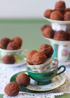 Como fazer trufas de chocolate com a casquinha dura e o interior denso e macio. Veja aqui o passo a passo e os 5 segredos para fazer trufas perfeitas.