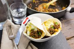 Burrito's met tzatziki en geraspte kaas Yoghurt, Tzatziki, Burritos, Mexican, Cooking, Ethnic Recipes, Food, Chili Con Carne, Smothered Burritos