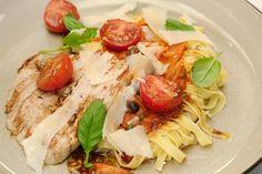 Deze op de barbecue gegrilde kalfslapjes met pasta doen denken aan de zomer in Italië. Jeroen maakt een licht pikante barbecueolie die hij vervolgens gebruikt voor de tomatensaus, het vlees en de gekonfijte tomaten.