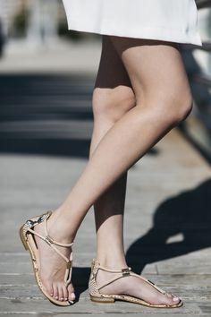Sandalias planas DANIELA color nude con tiras a lo largo del empeine y apliques dorados.  Medidas: Altura del tacón de 1,5 cm, sin plataforma.   Composición: Combinación de ante maquillaje y suela en pitón en tonos rosados y negros.