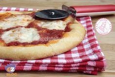La pizza senza forno è davvero una ricetta geniale e furbissima che ho scoperto da poco. E io che pensavo di aver fatto tutte le pizze possibili...