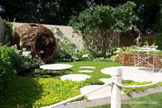 The Living Landscapes: City Twitchers Garden demonstrates that a bird and wildlife friendly garden can be just as stylish and beautiful as any other garden. This garden was designed by CouCou Design and Sarah Keyser and built by Living Landscapes.