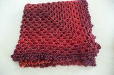 Le châle des débutantes au crochet - La Malle aux Mille Mailles Freeform Crochet, Diy Crochet, Crochet Top, Hobbies And Crafts, Diy And Crafts, Crochet Home Decor, Knitting Yarn, Triangle, Couture