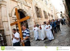 Optocht van christenen in het stadje waar Jeroen Liza heeft leren kennen waar hij steeds aan denkt en steeds opnieuw en gedetailleerder omschrijft.