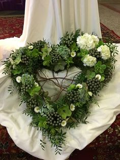Individuelles Trauerherz mit ganz viel persönlicher Symbolik Funeral Floral Arrangements, Large Flower Arrangements, Xmas Wreaths, Door Wreaths, Front Garden Entrance, Grave Decorations, Memorial Flowers, Funeral Planning, Sympathy Flowers