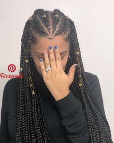 All styles of box braids to sublimate her hair afro On long box braids, everything is allowed! For fans of all kinds of buns, Afro braids in XXL bun bun work as well as the low glamorous bun Zoe Kravitz. Feed In Braids Hairstyles, Braided Hairstyles For Black Women, Braids For Black Hair, African Hairstyles, Afro Hairstyles, Black Girl Braids, White Girl Cornrows, Hairstyles For Natural Hair, Hairstyle Short