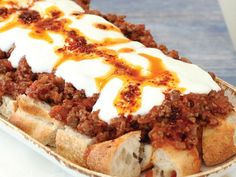 ✿ ❤ Pideli iskender / How to make pideli iskender? Ingredients: 1 onion 3 tablespoons olive oil 300 g minced meat 3 tomatoes 1 teaspoon paste Salt Black Pepper Cumin Half a ramadan pita 500 g yogurt cloves garlic Red chili peppers 2 tablespoons butter. Turkish Recipes, Ethnic Recipes, Turkish Kitchen, Red Chili Peppers, Mince Meat, Middle Eastern Recipes, Wrap Sandwiches, Cheesesteak, Lunch Recipes