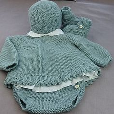 This Pin was discovered by Ümi Baby Knitting Patterns, Knitting For Kids, Baby Patterns, Crochet Baby Jacket, Crochet Baby Hats, Girl Doll Clothes, Diy Clothes, Tricot Baby, Knitted Baby Clothes