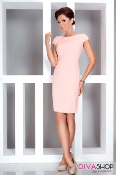 Beautiful and classy daydress, perfect for the office, featuring short sleeves in a pale peach color. The dress falls just above the knee and contours the waist Fall Dresses, Dresses For Work, Fashion Addict, Outfit Of The Day, Lacoste, Street Wear, Cold Shoulder Dress, High Neck Dress, Classy