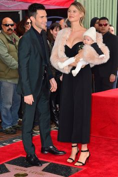 Maroon 5 singer Adam Levine and supermodel Behati Prinsloo's adorable baby girl, Dusty Rose, joined her family at the Hollywood Walk of Fame. Dusty Rose Levine, Celebrity Couples, Celebrity Style, Adam Levine Behati Prinsloo, Adam And Behati, Gwen And Blake, Stylish Maternity, Famous Couples, Handsome Actors