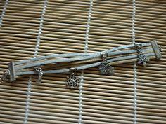 Bracelet manchette cordons en suédine, breloques doré et argenté, thème de Noël. : Bracelet par laboiteabijouxnanny