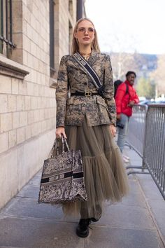 The best street style moments from couture fashion week with celebrities like Karlie Kloss, Monica Bellucci and Chiara Ferragni. Source by charmiecoo dress Best Street Style, Cool Street Fashion, Monica Bellucci, Fashion Week, High Fashion, Fashion Fashion, Fashion Trends, Fashion Quotes, Fashion 2018