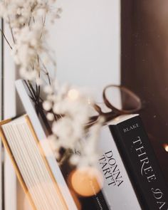love book to read Book Aesthetic, Aesthetic Pictures, Flatlay Instagram, Good Books, Books To Read, Fotos Do Instagram, Coffee And Books, Book Photography, Book Nerd