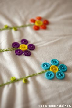 How to sew flower buttons.Another cute embellishment option for apronsBeen sewing some t-shirts lately to get ready for this summer. I love flowers and buttons so I decided to create something with both :)Buttons used as flower petals on your sewing