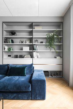 Дизайн этойминималистичной квартиры в Вильнюсе от студии AKTA построен на сером цвете стен, черных деталях и паркете натурального цвета, выложенном елочкой. Такой сдержанный, но стильный фон разбавлен цветовыми деталяминеобычных и интересных оттенков: кухонные фасады, мебель, текстиль, настенный декор. Интерьер получился очень лаконичным, элегантным и модным — отличный дизайн для помещения в 67 кв. м!