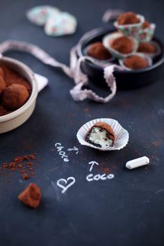 Truffes surprise bounty Pour 18 – 20 truffes :  70 g de noix de coco râpée non sucrée 100 g de lait concentré sucré 100 g de chocolat noir à pâtisser (70%) Du cacao amer en poudre