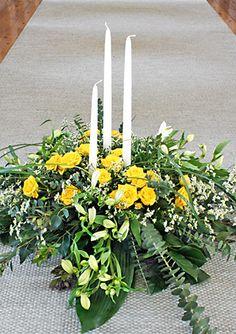 Sorgdekoration med gula kvistrosor och vitt http://holmsundsblommor.blogspot.se/2012/04/sorgdekoration-med-ljus.html. Nr 2L