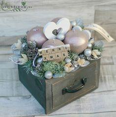 Christmas Arrangements, Christmas Centerpieces, Christmas Decorations, Holiday Decor, Christmas Mood, Christmas Wreaths, Christmas Ornaments, Xmas Flowers, Chocolate Crafts