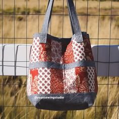 Patchwork bag video tutorial using jelly roll strips with bonus matching little pouch crafts videos, Patchwork slouch bag with matching pouch video tutorial Patchwork Bags, Quilted Bag, Crazy Patchwork, Slouch Bags, Bag Patterns To Sew, Quilt Patterns, Sewing Patterns, Fabric Bags, Fabric Basket