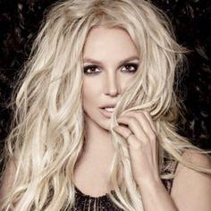 Cette fois c'est bien officiel, Britney Spears revient sur le devant de la scène avec un nouvel opus. La star américaine s'est confiée au magazine, V Magazine, qui fêtait son 100ème numéro. photo: Mario Testino pour V Magazine Britney, sait que ses fans...