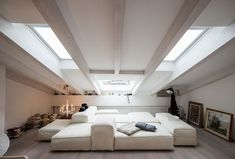 Finestra per la mansarda, come sceglierla Loft Stairs, Interior Architecture, Interior Design, Roof Window, Pent House, Living Room Kitchen, Inspired Homes, Terrazzo, Bedroom Apartment