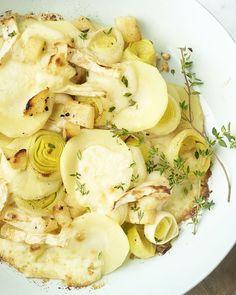 Een originele vegetarische ovenschotel  die jong en oud zal verrassen! Plakjes pastinaak, romige prei en brie  die er mooi over smelt. En laten we het geheime ingrediënt niet  vergeten: stukjes gestoofde appel passen perfect bij de brie en zorgt  voor een verrassend zoet-zuur tintje aan dit lekkere gerecht. Smakelijk! Low Carb Recipes, Healthy Recipes, Brie, Vegetable Dishes, Vegan, Potato Salad, Food Porn, Food And Drink, Vegetarian