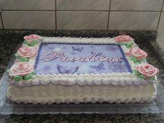 bolo decorado com flores de chantilly e papel de arroz