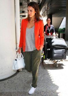 Tenue de Jessica Alba: Blazer orange, T-shirt à col rond gris, Pantalon cargo olive, Baskets à enfiler